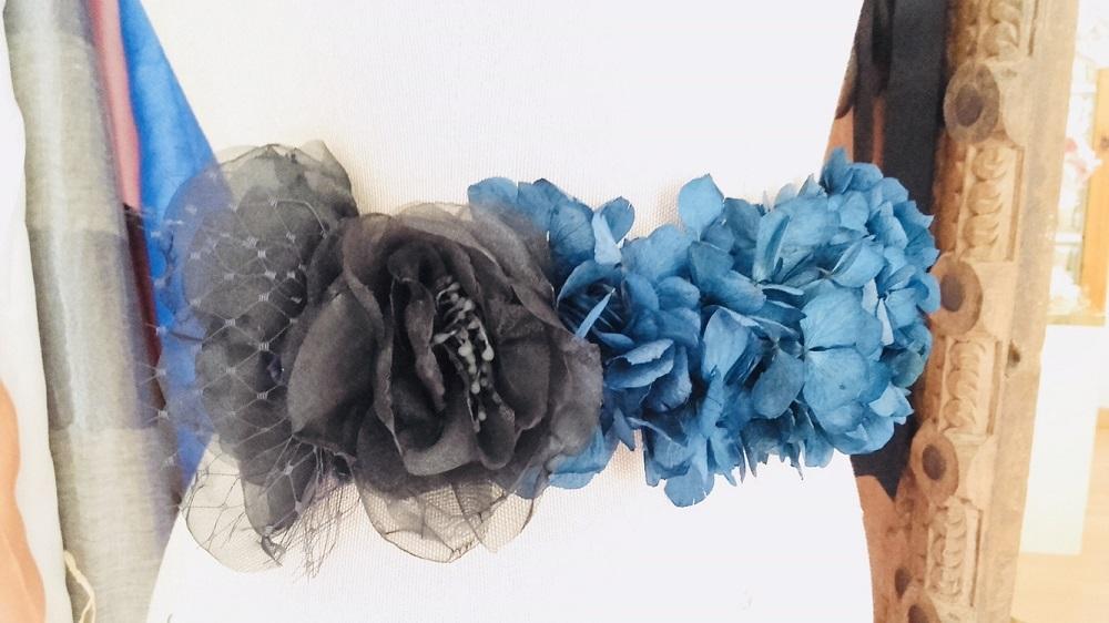 Cinturón de flores azul y negro